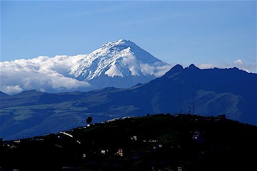 Cotopaxi: El volcán activo más alto del mundo visto desde Quito.