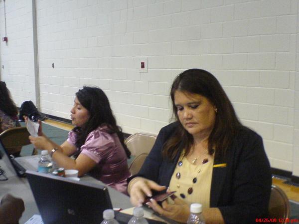 La Sra. Cónsul ayudando a sus nacionales durante las eleccione sen el Excess County College, Newark, New Jersey