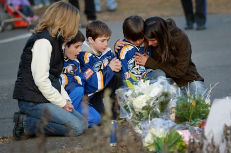 Residentes alrededor de Sandy Hook Elementary School oran por los caídos.  EPA/JUSTIN LANE