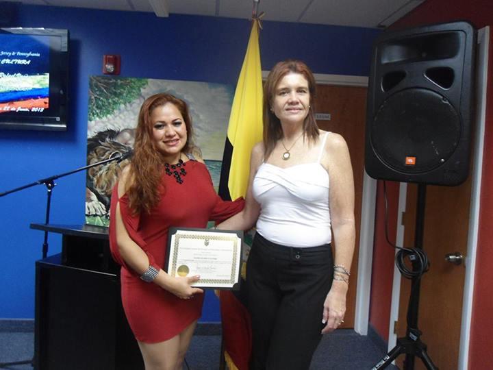 La 'Incomparable Jazmin' recibiendo reconocimiento de manos de la Consul Jessica Escala.